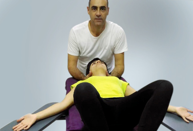 Fisioterapeuta aplicando a RPG